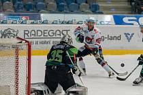 Jednou z největších překážek byl pro Pirát Chomutov (v bílých dresech) gólman Energie Filip Novotný.