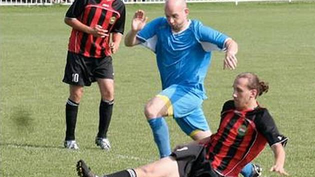 JIŽ POŠEDESÁTÉ se ve Strupčicích konal tradiční fotbalový turnaj Memoriál hrdinů. Jeho vítězi se stali fotbalisté Strupčice. Snímek je z jejich utkání proti mužstvu Souše.