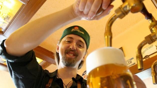 Výčepní Václav Vanya z Kadaně je nejlepším v České republice a dokonce skončil 4. na nedávném MS v čepování piva!