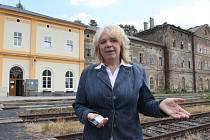 Starostka Vejprt Jitka Gavdunová u drážních objektů vejprtského vlakového nádraží, kterým hrozí demolice.