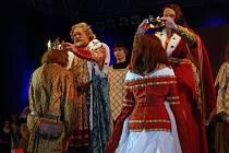 Cisařský pár předává koruny svým následovníkům.