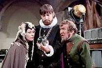 Čaroděj II. kategorie Rumburak nahlíží s čarodějnicí a Blekotou do kouzelné koule. I jejich kostýmy uvidí návštěvníci zámku.