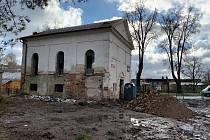 Budova v posledních letech sloužila jako výkupna šrotu. Aby se synagoze vrátila původní podoba, dělníci vybourávají vše nepůvodní.