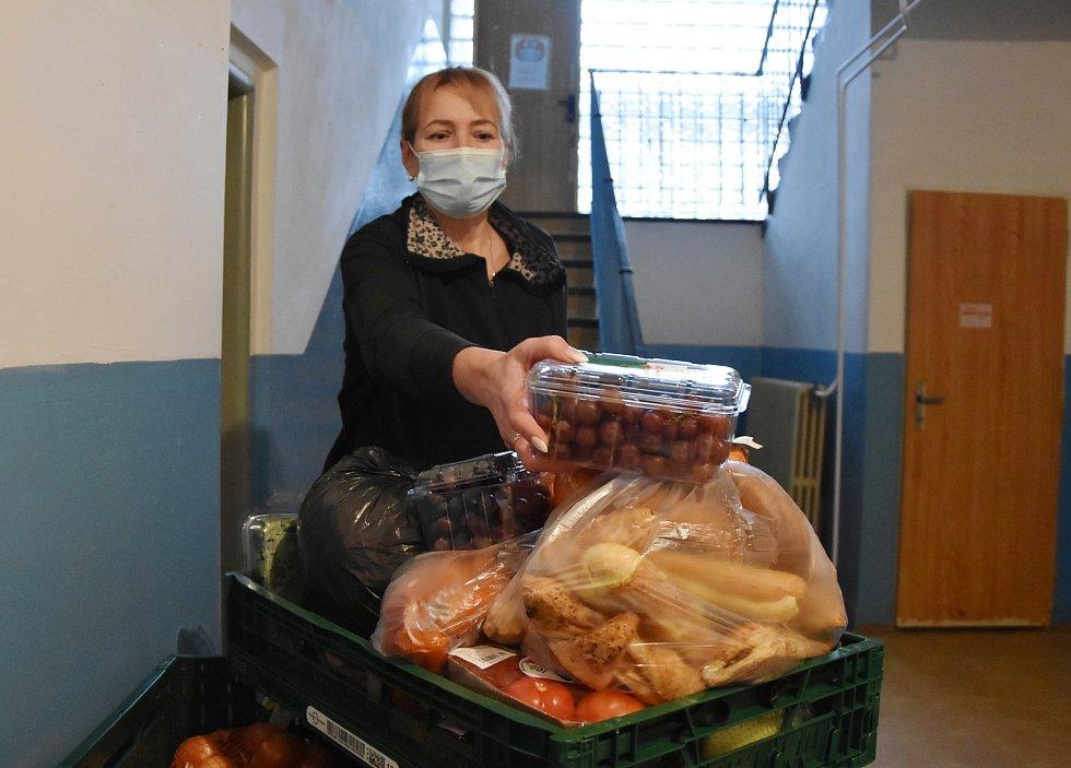Ve výdejním místě, které je u sportovní haly na sídlišti Březenecká v Chomutově, rozděluje jídlo potřebným Katarína Čermáková.