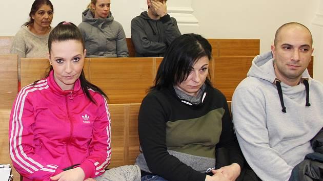 Rozsudek si přišla k chomutovskému soudu vyslechnout Marie Bozovská, Kamila Bučková a Lukáš Bogdan (zleva).