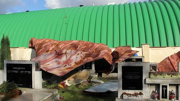 Střecha ze školní tělocvičny ve Strupčicích se složila pod hřbitovní zdí.