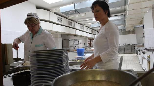 CENTRÁLNÍ KUCHYNĚ, odkud se mělo jídlo rozvážet i do ostatních škol v Jirkově, ve 4. ZŠ Krušnohorská (na snímku) nevznikne. Město se totiž obává zhoršené kvality jídel. V dohledné době tak zůstane každé škole vlastní školní kuchyně.