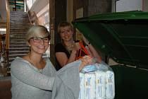 Vedoucí oddělení terénní sociální práce Monika Stránská a pracovnice odboru Petra Fialová vybírají kontejnery každé dvě hodiny.