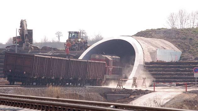 Jeden z prvních vlaků, který novým tunelem v neděli projel.