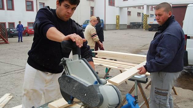 Německý student Alexander Göhlert nyní chodí do školy do Údlic. Na tamním dvoře včera řezal pilou dřevěná prkna.
