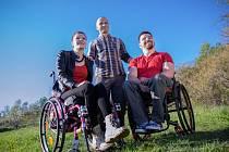 René Kujan s paraplegiky. V rámci projektu Cesty na vrchol podporuje lidi, kteří po poranění míchy skončili na vozíku.