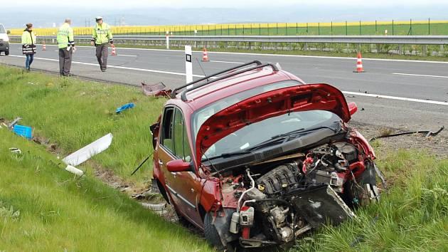 Nehoda na D7 u Vysočan: Renault vyletěl ze silnice, řidička z něj vyvázla se středně těžkými zraněními.