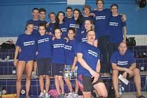 MLADÉ PUŠKY. Ženský a mužský tým TJ Slávie Chomutov byl při republikovém semifinále družstev složený hlavně mladých plavců a plavkyň. Úplně vlevo Simona Baumrtová.