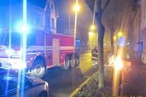 Hasiči a strážníci zasahují po řádění vandala ve Zborovské ulici.