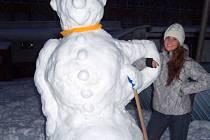 Sněhuláka jsem postavila s přítelem a bráškou u nás na zahradě v neděli. Byla to fuška, ale je to fešák :D  Přiložila jsem Vám fotky pro porovnání velikosti se mnou (já měřím 170 cm) a s bráškou. :)
