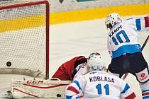 David Kämpf střílí vítěznou branku v prvním domácím utkání Pirátů proti Hradci. Chomutov vyhrál 5:4 v prodloužení.