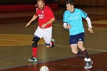 Staronovým mistrem se stal tým LoKo Chomutov. Na snímku v modrém v utkání s Benfikou.