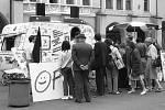 Svobodné volby, jak se odehrávaly v Chomutově 8. a 9. června 1990.