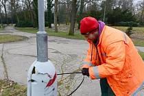 Zabrat pod útoky vandalů dostávají především lampy v chomutovském městském parku.
