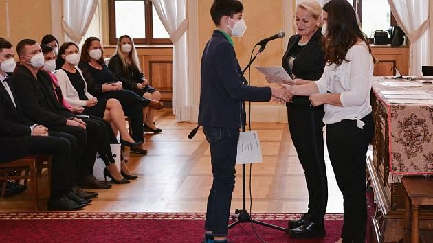 Celkem 64 žáků si převzalo své certifikáty z rukou místostarostky Dany Havlátkové Jurštakové.