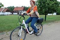 """SPRÁVKYNĚ skanzenu Stará Ves v zooparku Hana Zvalová si elektrokolo nemůže vynachválit. """"Najezdím po areálu patnáct až dvacet kilometrů každý den. Je to opravdu užitečný pomocník,"""" říká."""