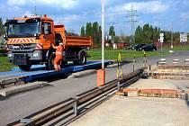 Nákladní automobil Technických služeb na nové mostové váze v areálu skládky odpadů.