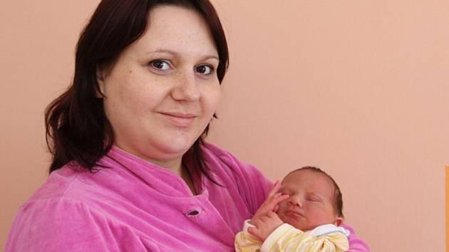 Lenka Mejtzká z Otvic drží svého syna Karla Mejtzkého, kterého porodila v chomutovské porodnici 31. ledna v 15.03 hodin. Karel vážil 3,35 kilogramu a měřil 51 centimetrů.