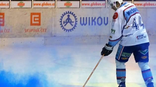 Dýmovnici vhozenou na led se snažil odstranit i hráč Stanislav Mikšovic.