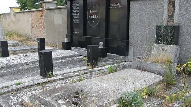 Hrobka slavné rodiny Kludských na jirkovském hřbitově.Hroby vedle ní jsou také na prodej.