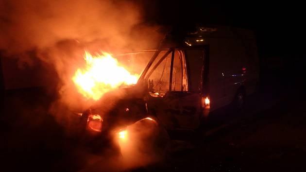 Kabina dodávky zaparkované v Čelakovského ulici vzplála, možná jí někdo zapálil.