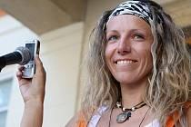 Iveta Houfová s telefonem, přes který demonstrantům vyjádřil sympatie Václav Havel.