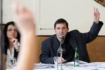 Jirkovský starosta Radek Štejnar při hlasování na zastupitelstvu.
