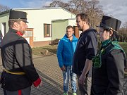 Chomutovský ostrostřelecký sbor předal v chomutovském útulku několik pytlů krmiva a dalších produktů pro zdejší svěřence