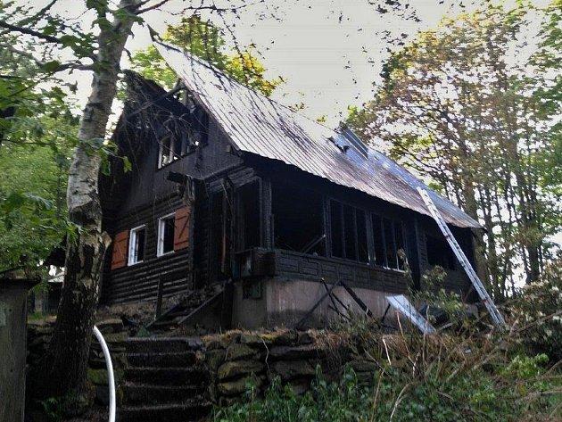 Požár chaty v Radenově