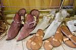 Boty, které řemeslnice ušila pro skupiny historického šermu a herce.