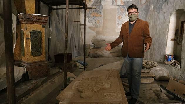 Historik Lukáš Gavenda ukazuje náhrobní desku hrobu Magdaleny Fictumové z Kolovrat.