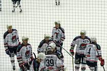 Chomutov (v bílém) v domácím zápase se Vsetínem.