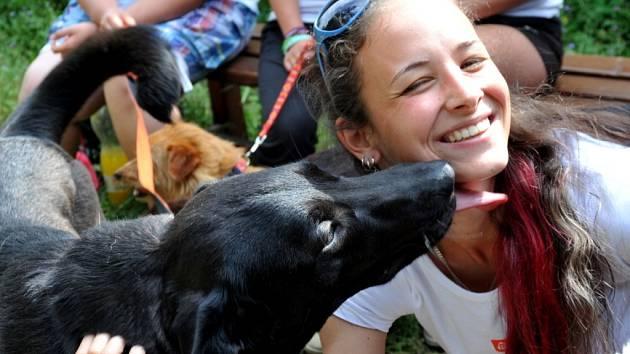 PEJSCI z jirkovského útulku v sobotu bavili návštěvníky benefičního koncertu, který uspořádala Lenka Štrougalová (na snímku).