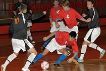 PRVNÍ TURNAJ už má za sebou i Chomutovská 1. a 2. zimní liga malého fotbalu. Snímek z utkání Nonac – Exe 2:4.