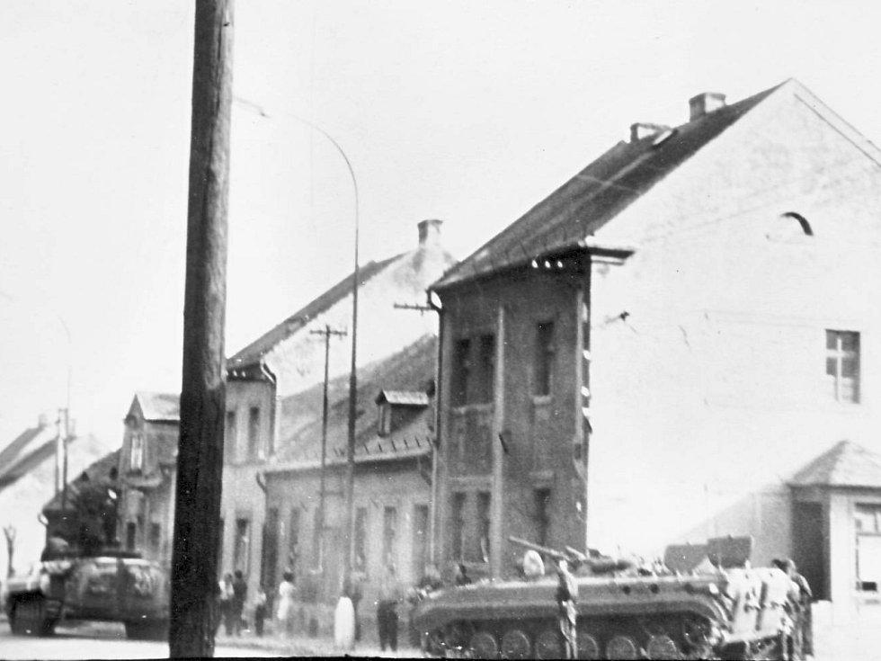 Šokovaní obyvatelé Lipské ulice v Chomutově sledovali, jak před jejich domy projíždějí tanky.