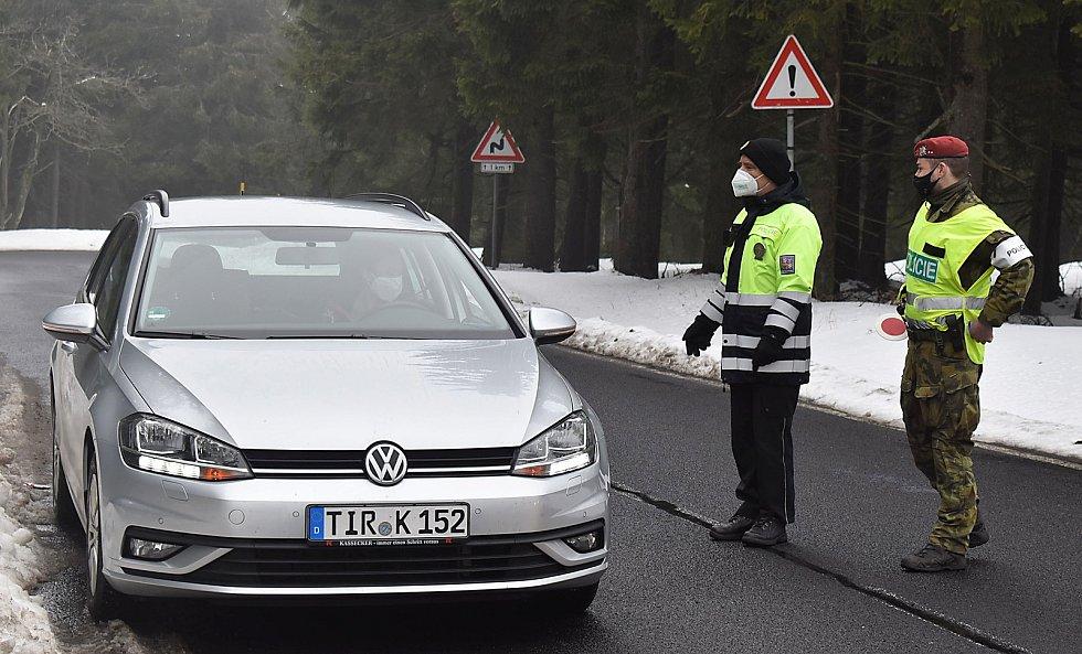 Klínovec leží na pomezí Ústeckého a Karlovarského kraje, na hranici okresů Chomutov a Karlovy Vary. Na dodržování omezení pohybu osob dohlížejí policisté a vojáci, stanoviště mají u odbočky na vrchol kopce. Naposledy tam budou v neděli 11. dubna.