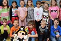 Žáci 1. A ZŠ Školní v Kadani paní učitelky Jiřiny Vaníčkové. Třída si říká Klub Pirátů.