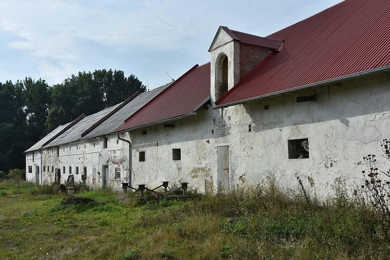 Hospodářská stavení u zámku Pětipsy.