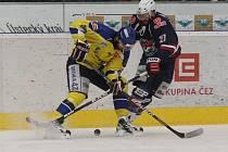 Piráti (v modrém) přetlačili Ústecké Lvy a v sérii vedou 2:1 na zápasy.