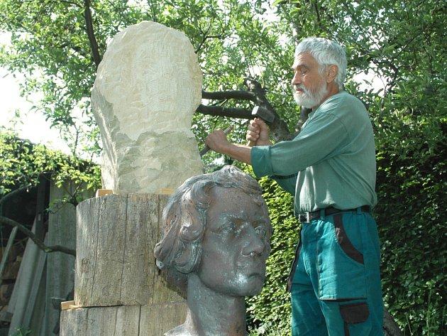 FERDINAND MAXMILIÁN BROKOF. Právě jeho tvář nyní s velikou pečlivostí vytesává do pískovce místní umělec Miroslav Doležel (na snímku). Předtím, než se pustil do samotné práce na pomníku, si ještě připravil předlohu z keramiky.