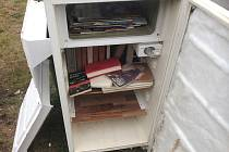 První pokus s netradiční knihovničkou pod širým nebem městu nevyšel. Na snímku poškozená lednička-knižnička.