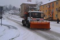 Technické služby vyslaly v sobotu ráno do ulic techniku na úklid sněhu. Na snímku jedno z vozidel v Mostecké ulici.
