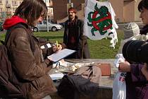 Jeden z příznivců referenda podepisuje před Chomutovkou návrh na jeho vypsání.