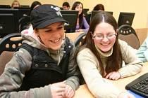 V rámci Dne otevřených dveří ČVUT v Chomutově se studentky strojního učiliště Lucie Fryčová a Veronika Kocková zajímaly i o počítačovou učebnu fakulty.