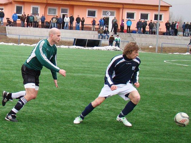 Z fotbalového utkání Baník Modlany - AFK LoKo Chomutov (v modrém)